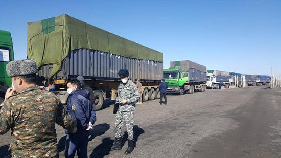 Container trucks loaded with coal wait to leave the Gashuun Sukhait border port in Mongolia, March 23, 2020. (Xinhua)