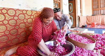 People earn income from making rose sauce in China's Xinjiang