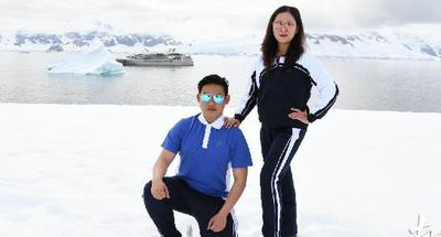 Chinese mom and son wear uniforms in Antarctic picture