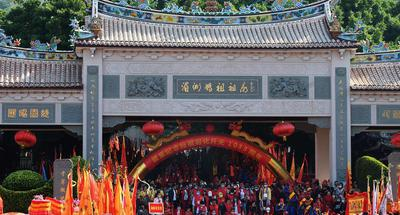 Statue of Chinese sea goddess Mazu lifted for parade in Fujian