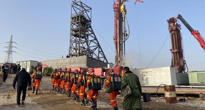 Rescuers drilling shaft to free trapped miners in east China