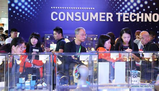 People visit the 38th Hong Kong Electronics Fair (Autumn Edition) and the 22nd electronicAsia at the Hong Kong Convention and Exhibition Center in south China's Hong Kong, on Oct. 13, 2018. The two events attracted over 4,300 exhibitors from 25 countries and regions. (Xinhua/Wu Xiaochu)