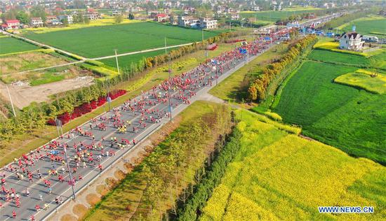 Aerial photo taken on April 7, 2019 shows runners taking part in a half marathon during the Qingming Festival holidays in Nantong City, east China's Jiangsu Province. (Xinhua/Xu Congjun)