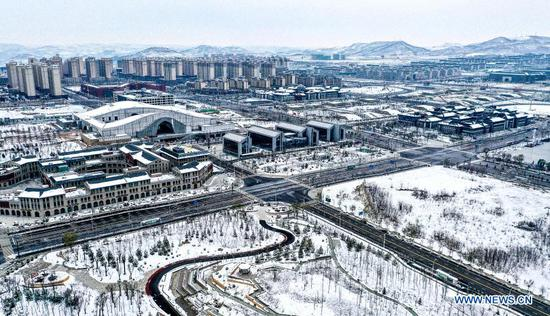 Aerial photo taken on Nov. 23, 2020 shows the snow covered Yan'an City, northwest China's Shaanxi Province. (Xinhua/Tao Ming)