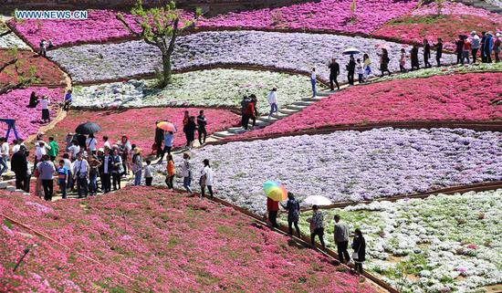 Tourists visit the Yuhuagu scenic area in Qianxi County in Tangshan, north China's Hebei Province, May 2, 2019. (Xinhua/Wang Aijun)