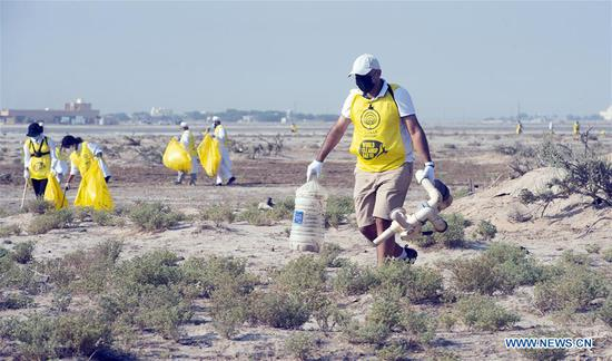 Volunteers participate in a cleanup campaign in Jahra Governorate, Kuwait, Sept. 19, 2020. (Xinhua)