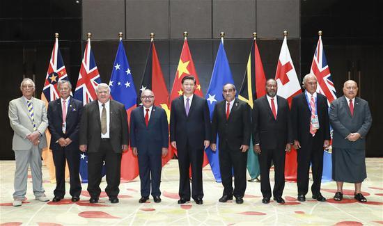 Prezydent Chin Xi Jinping organizuje zbiorowe spotkanie z premierem Papui Nowej Gwinei Peterem O'Neillem, prezydentem Peterem Christianem ze Sfederowanych Stanów Mikronezji, premierem Tuilaepą Malielegaoi z Samoa, premierem Vanuatu Charlotem Salwai, premierem Henry Puna z Wysp Cooka , Premier Samuela Akilisi Pohiva z Tonga, Niue Premier Toke Talagi i przedstawiciel rządu Fidżi, minister obrony Ratu Inoke Kubuabola, i wygłosi przemówienie programowe w Port Moresby, Papua Nowa Gwinea, 16 listopada 2018 r. (Xinhua / Pang Xinglei)