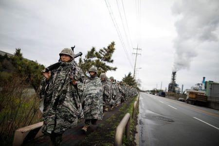 Południowokoreańskie marines maszerują podczas ćwiczeń wojskowych w ramach corocznego wspólnego szkolenia wojskowego zwanego Foal Eagle między Koreą Południową i USA w Pohang, Korea Południowa, 5 kwietnia 2018 r. REUTERS