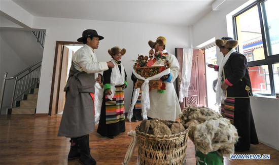 Villagers move into a new house in Lhozhag Town of Lhozhag County, Shannan City, southwest China's Tibet Autonomous Region, Sept. 21, 2019. A total of 88 villagers from 28 households moved to their new two-story dwellings to improve housing conditions. (Xinhua/Jigme Dorje)