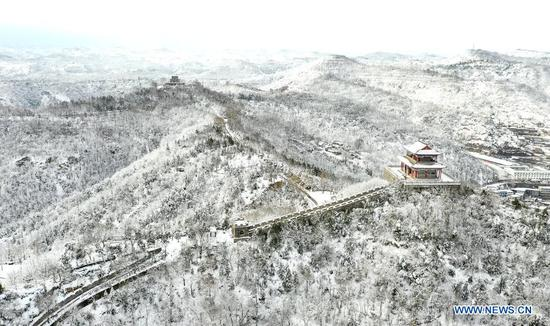 Aerial photo taken on Nov. 23, 2020 shows the snow covered Yan'an City, northwest China's Shaanxi Province. (Photo by Qi Xiaojun/Xinhua)