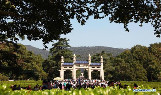 Tourists visit the Sun Yat-sen Mausoleum in Nanjing, capital of east China's Jiangsu Province, Oct. 4, 2018. China witnessed 726 million domestic tourists during the National Day holidays on Oct. 1-7, growing by 9.43 percent year on year. (Xinhua/Liu Jianhua)