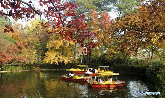 Tourists take sightseeing boats in Tianping Mountain scenic spot in Suzhou City, east China's Jiangsu Province, Nov. 27, 2018. (Xinhua/Hang Xingwei)