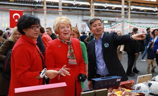 国际慈善义卖在都柏林举行,中国人出席