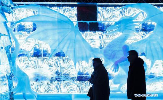 Tourists enjoy ice sculptures at Bruges Ice Sculpture Festival in Bruges, Belgium, Nov. 27, 2018. The ice sculpture festival, with 80 ice sculptures made by 40 ice carvers, will last until Jan. 6, 2019. (Xinhua/Ye Pingfan)