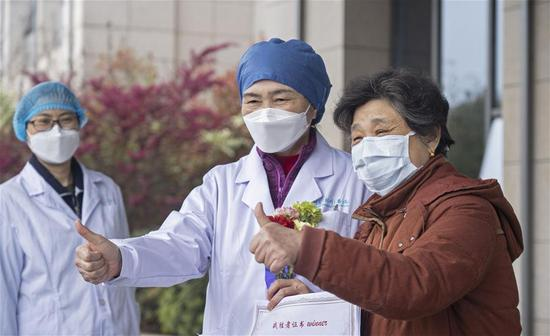 Li Lanjuan (C), a renowned Chinese epidemiologist, poses for a photo with the 600th cured patient of COVID-19 at the east branch of Renmin Hospital of Wuhan University in Wuhan, central China's Hubei Province, March 16, 2020. The 600th patient confirmed of novel coronavirus infection has been discharged from the east branch of the hospital on Monday. (Xinhua/Cai Yang)