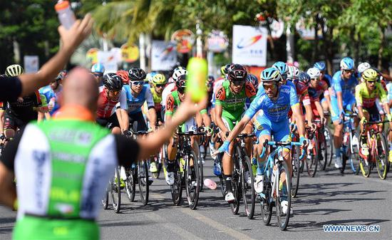 Cyclists compete during the first stage of the 2018 Tour of Hainan International Road Cycling Race in Danzhou, south China's Hainan Province, Oct. 23, 2018. (Xinhua/Guo Cheng)