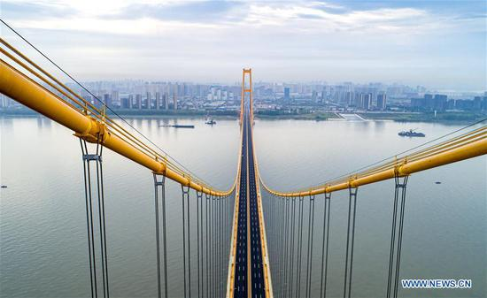 Photo taken on Sept. 25, 2019 shows the Yangsigang Yangtze River bridge in Wuhan, capital of central China's Hubei Province. The double-deck suspension bridge with the longest span in the world opened to traffic in Wuhan on Oct. 8. The double-deck road bridge over the Yangtze River, with a 1,700-meter-long main span, stretches 4.13 km in total length. The top deck of the 10th Yangtze River bridge has six lanes with a designed speed of 80 kph while the bottom deck also has six lanes but with a designed speed of 60 kph. (Xinhua/Xiong Qi)