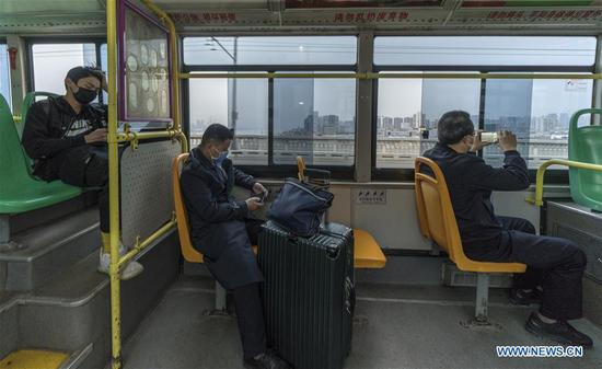 A bus runs on the Yangtze River Bridge in Wuhan, central China's Hubei Province, March 25, 2020. Wuhan resumed a total of 117 bus routes starting Wednesday. Daily life of people in Wuhan is gradually recovering as the epidemic outbreak has been subdued. (Xinhua/Fei Maohua)