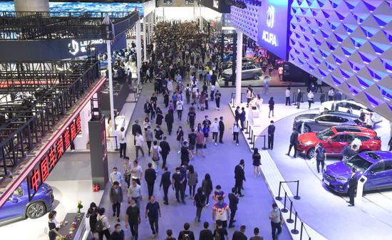 People visit the 18th Guangzhou International Automobile Exhibition at the China Import and Export Fair Complex in Guangzhou, south China's Guangdong Province, Nov. 29, 2020. (Xinhua/Lu Hanxin)