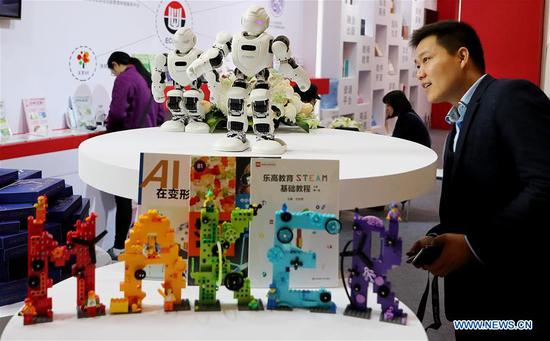 A visitor views a robot at the first Yangtze River Delta International Cultural Industries Expo (YRDICIE) in Shanghai, east China, Nov. 29, 2018. The expo kicked off here on Thursday. (Xinhua/Fang Zhe)