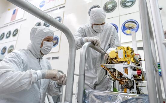 Engineers at NASA's Jet Propulsion Laboratory install the SuperCam Mast Unit onto the Mars 2020 rover in Pasadena, California, July 2, 2019. [Photo: NASA via IC]