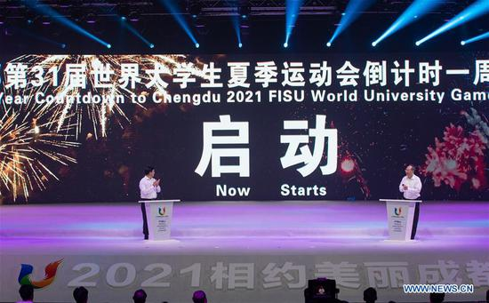 Yin Li (R), governor of Sichuan Province, also the executive chairman of the organizing committee of Chengdu 2021 Summer University Games atttends the one-year-to-go countdown celebration for the 2021 Summer University Games in Chengdu, capital of southwest China's Sichuan Province, Aug. 18, 2020. (Xinhua/Jiang Hongjing)