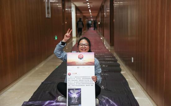 The winner of the Double Eleven Festival draw with a printed list of her prizes, seen here on Wednesday, November 7, 2018 in Hangzhou, Zhejiang Province. [Photo/Weibo]