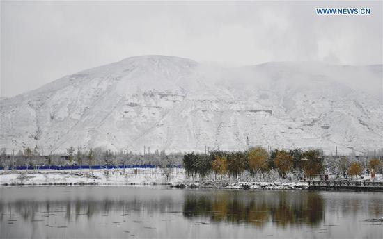 Photo taken on Nov. 4, 2018 shows a view of Beichuan wetland park in Xining, capital of northwest China's Qinghai Province. Xining saw a snowfall on Saturday. (Xinhua/Zhang Long)