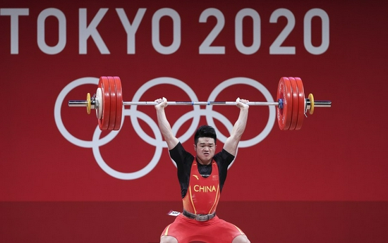 Shi Zhiyong of China competes during the men's 73kg weightlifting event of the Tokyo 2020 Olympic Games on July 28, 2021. (Xinhua/Yang Lei)