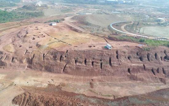More than 6,000 ancient tombs dating back between the Warring States Period (475 B.C.-221 B.C.) and the Ming Dynasty (1368-1644)have been discovered in southwest China's Sichuan Province. The site is located inside the Chengdu Chuanxin Innovative Science and Technology Park and has an area of 10.34 square meters.