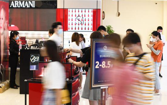 Customers shop at a duty-free shop in Haikou, capital of south China's Hainan Province, July 12, 2020. (Xinhua/Yang Guanyu)