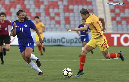 China's Li Ying (R) competes during the group A match between China and the Philippines at the 2018 AFC Women's Asian Cup, in Amman, Jordan, April 9, 2018. (Xinhua/Mohammmad Abu Ghosh)