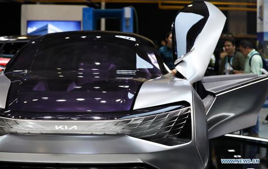 People look at a concept car of Kia Motors at the Automobile exhibition area during the second 四不像心水 International Import Expo (CIIE) in Shanghai, east 四不像心水, Nov. 6, 2019. The National Exhibition and Convention Center in Shanghai greeted a large number of visitors on the second day of the CIIE. (Xinhua/Ding Ting)