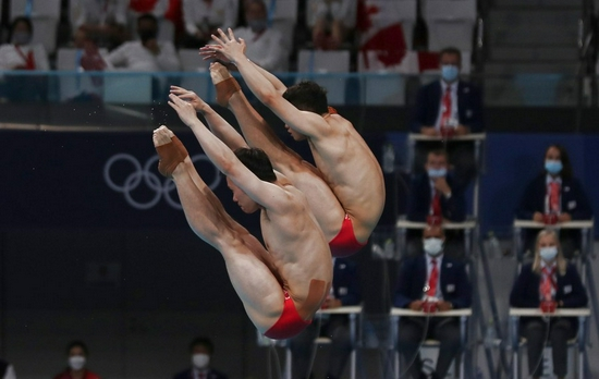 Wang Zongyuan and Xie Siyi of China compete during the men's synchronized 3m springboard diving final at Tokyo 2020 on July 28, 2021. (Xinhua/Ding Xu)