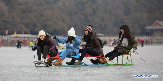 Tourists have fun in the ice rink at the Summer Palace in Beijing, capital of China, Jan. 7, 2018. During the weekend, many people came to the ice rink on Kunming Lake to relax or take exercise.(Xinhua/Liu Xianguo)