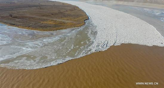 Photo taken on Dec. 5, 2017 shows the frozen Yellow River at Togtoh section in north China's Inner Mongolia Autonomous Region. The length of frozen section of the Yellow River in Inner Mongolia has reached 139 kilometers by 4:00 p.m. Tuesday. The Yellow River Flood Control and Drought Relief Headquarters announced the beginning of the river's freeze-up period Monday. (Xinhua/Deng Hua)