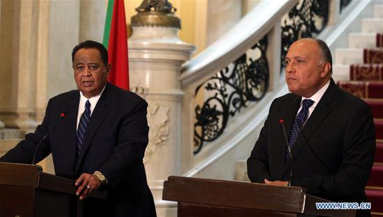 Egyptian Foreign Minister Sameh Shoukry (R) and his Sudanese counterpart Ibrahim Ghandour attend a press conference after their meeting at Tahrir Palace in Cairo, Egypt on Feb. 8, 2018. (Xinhua/POOL/Khaled ELFIQI)