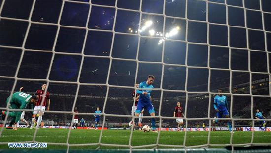 Arsenal's Aaron Ramsey scores a goal during a Europa League round of 16 first leg soccer match between AC Milan and Arsenal at the San Siro stadium in Milan, Italy, March 8, 2018. Arsenal won 2-0. (Xinhua/Alberto Lingria)