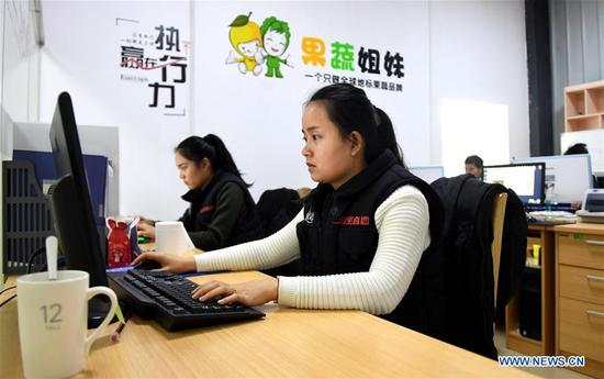 Staff Ou Lixian deals with the orders on the e-commerce platform at Rong'an County, southwest China's Guangxi Zhuang Autonomous Region, Dec. 29. 2017. More than 7000 orders for the fruits of kumquat harvested in Rong'an County were made on e-commerce platform nationwide ahead of the New Year. (Xinhua/Zhang Ailin)
