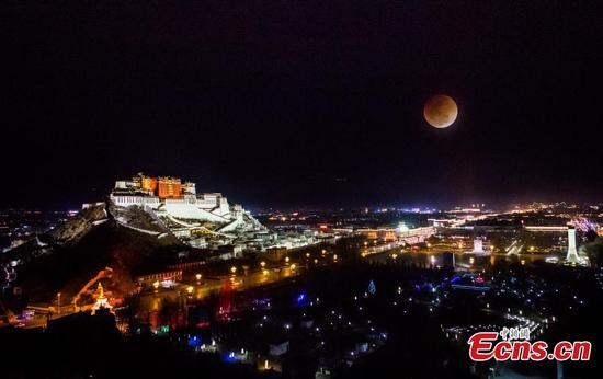 A super blue blood moon is seen in Lhasa City, the capital of Southwest China's Tibet Autonomous Region, Jan. 31, 2018. (Photo: China News Service/He Penglei)