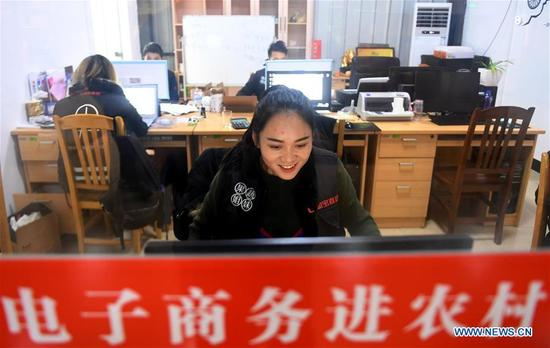 Staff Lai Mengyuan deals with the orders on the e-commerce platform at Rong'an County, southwest China's Guangxi Zhuang Autonomous Region, Dec. 29. 2017. More than 7000 orders for the fruits of kumquat harvested in Rong'an County were made on e-commerce platform nationwide ahead of the New Year. (Xinhua/Zhang Ailin)
