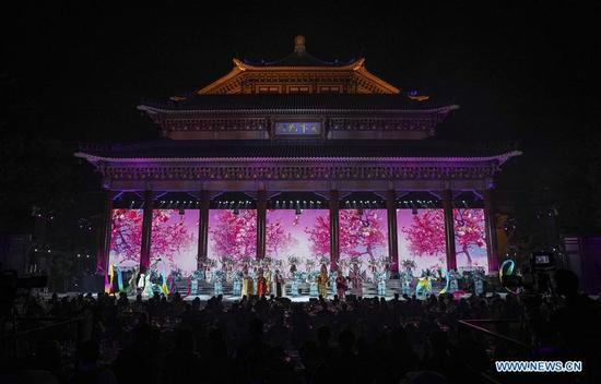 Artists perform during a gala reception of the 2017 Fortune Global Forum at the Sun Yat-sen memorial hall in Guangzhou, south China's Guangdong Province, Dec. 6, 2017. (Xinhua/Yin Gang)