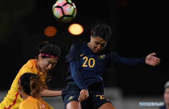 Sam Kerr (R) of Australia heads the ball with China's Xue Jiao during the Group A last round match between China and Australia at the 2018 Algarve Cup women's soccer tournament in Albufeira, Portugal, March 5, 2018. Australia won 2-0.(Xinhua/Zhang Liyun)