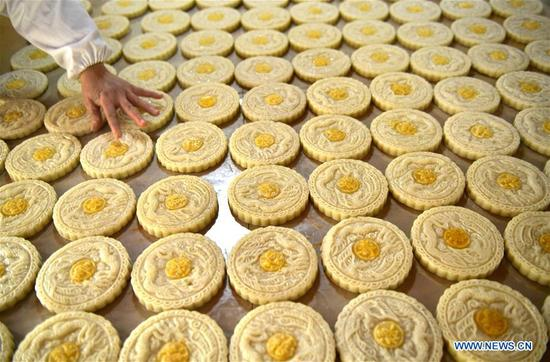 A cook makes Ciba, or glutinous rice cake, to greet the upcoming Spring Festival in Banchang Village of Xuan'en County, Enshi Tujia and Miao Autonomous Prefecture, central China's Hubei Province, Jan. 11, 2018. The handmade Ciba, usually decorated with patterns, is the traditional food for people of Tujia and other ethnic minorities on the Spring Festival, which falls on Feb. 16 this year. (Xinhua/Song Wen)
