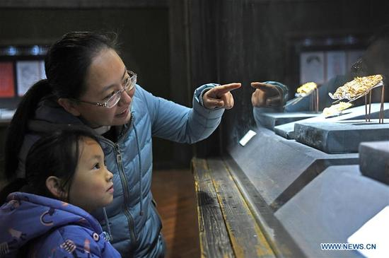 People visit the jewelry exhibition in Jiangxi Provincial Museum, east China's Jiangxi Province, Jan. 7, 2018. Recently, 128 pieces or sets of ancient jewelry discovered in tombs of princes in the Ming Dynasty have been displayed in an exhibition kicked off on Dec. 30, 2017. Once owned by princesses of the Ming Dynasty, the jewelry on display is the embodiment of historic culture and aesthetic taste of that time. (Xinhua/Wan Xiang)