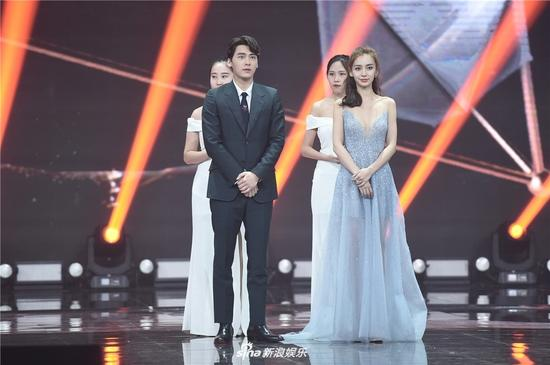 Angelababy and Li Yifeng won Hot Search Figure of the Year at 2017 Weibo Award Ceremony, Beijing, Jan. 18, 2018. (Photo/Sina)