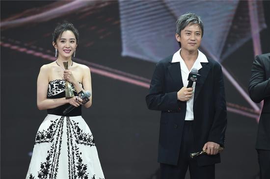 Deng Chao, Yang Mi won King and Queen at 2017 Weibo Award Ceremony, Beijing, Jan. 18, 2018. (Photo/Sina)