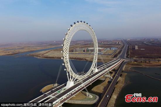 A Ferris wheel without center shaft is under construction in Weifang, East China's Shandong province, Nov 29, 2017. The 145-meter-tall skywheel is said to be the largest of its kind in the world. (Photo/SipaPhoto)