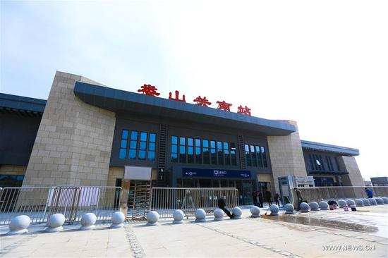 Photo taken on Jan. 12, 2018 shows the Loushanguan South Railway Station, southwest China's Guizhou Province. A railway connecting two major cities in southwest China, Chongqing and Guiyang is under trial run. Designed for passenger trains running at a speed of 200 kilometers per hour, the railway will improve traffic between China's southwest and northwestern, eastern, southern areas. (Xinhua/Han Ye)