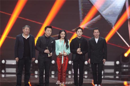 Huang Bo, Cai Yilin and He Jiong won Entertainer of the Year at 2017 Weibo Award Ceremony, Beijing, Jan. 18, 2018. (Photo/Sina)